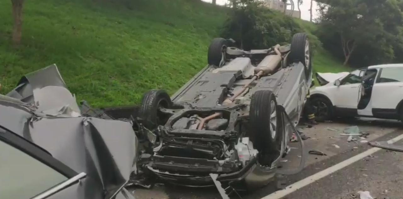 國一42點多公里發生大小車輛連環大車禍。記者曾增勳/翻攝/