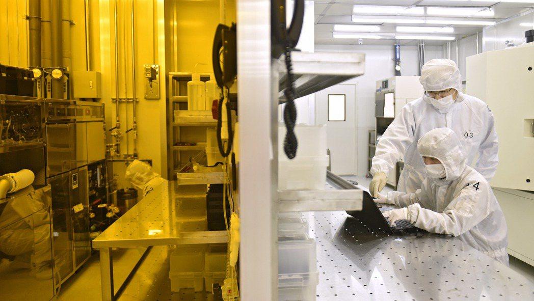 中國遼寧大連一家半導體科技公司的工程師正在工作。  新華社