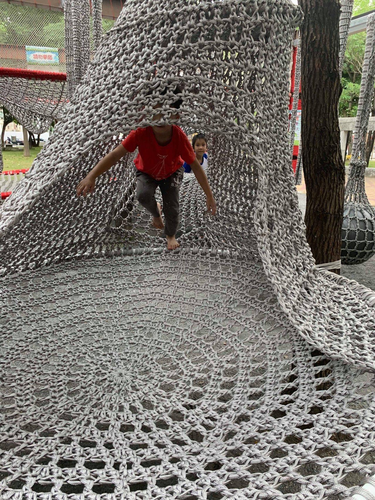 台南市北區立德公園新設置攀爬網,小朋友開心玩樂。圖/台南市北區區公所