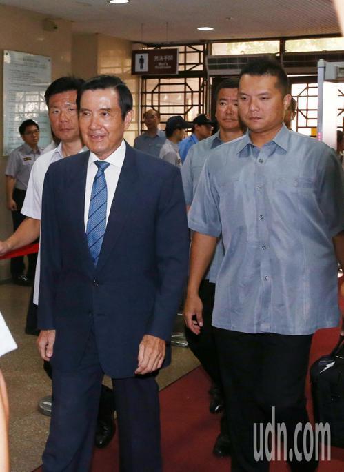 前總統馬英九(左)因涉及國民黨三中案及舊中央黨部大樓案,台北地院今天開庭並速傳訊...