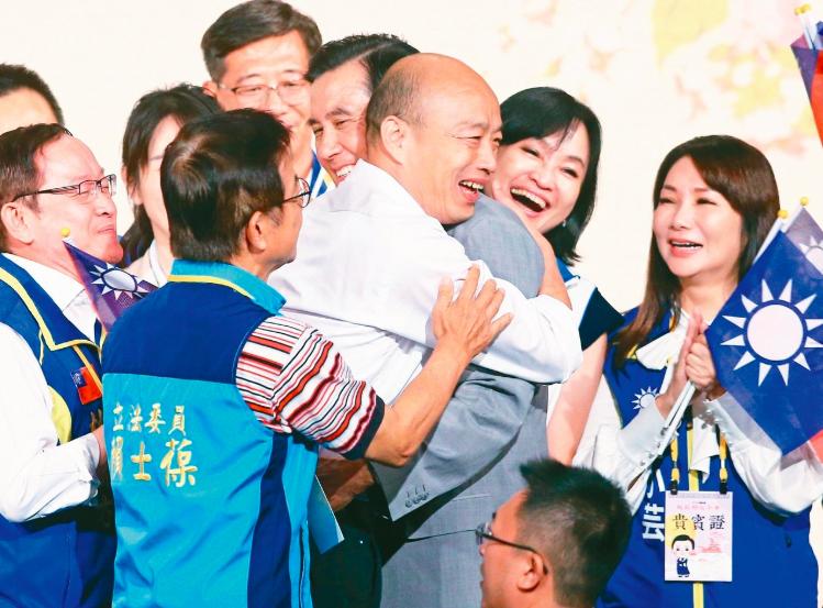 國民黨總統參選人韓國瑜出席「大陸台商秋節聯誼茶會」等待前總統馬英九,並在馬上台致...