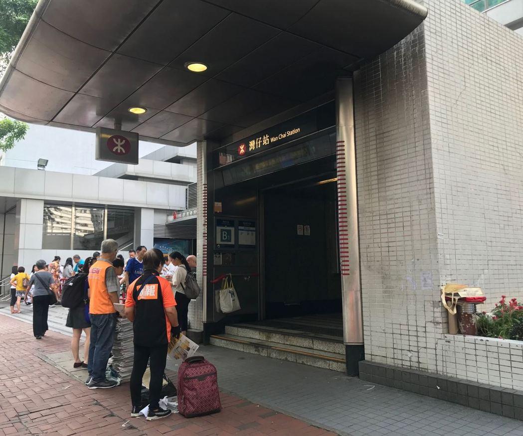 灣仔站昨日被縱火的A3出口及B出口已大致清理,今日能正常使用。照片/香港01