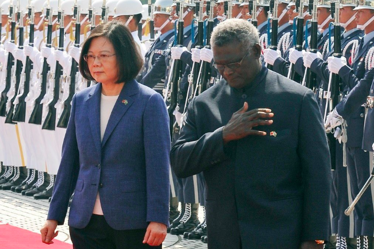蔡英文總統(左)2017年9月在國家表演藝術中心兩廳院藝文廣場,以軍禮歡迎當時來...