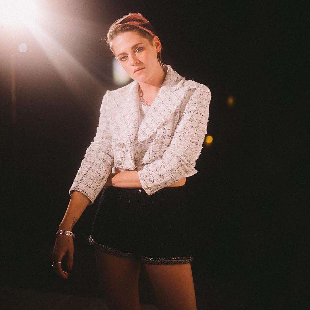 克莉絲汀史都華換上春夏系列短版的斜紋軟呢外套配高腰短褲。圖/摘自IG