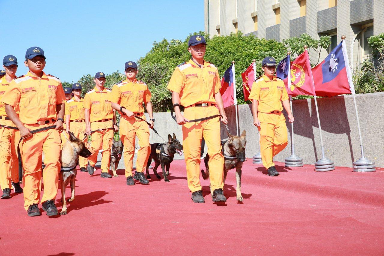 海巡署今(16)日於北部分署竹圍營區成立「海巡偵搜犬區隊」,並辦理揭牌儀式,規劃...