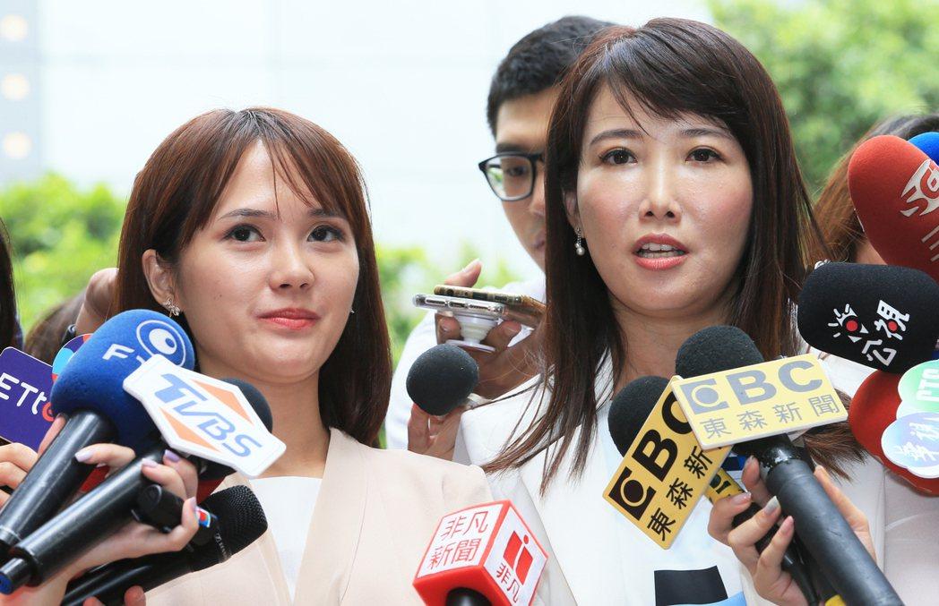 鴻海創辦人郭台銘辦公室副執行長蔡沁瑜(右)上午回應媒體。記者潘俊宏/攝影