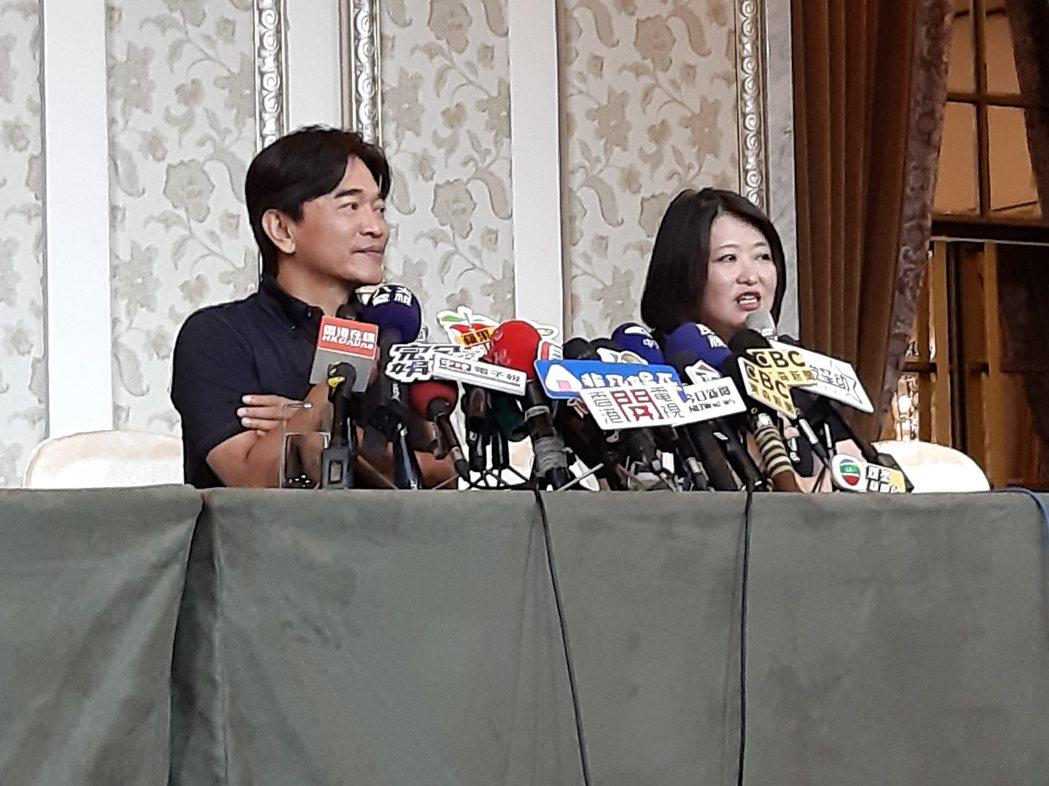 憲哥(左)和廠商出面為海豚吸塵器開記者會。記者林怡秀/攝影