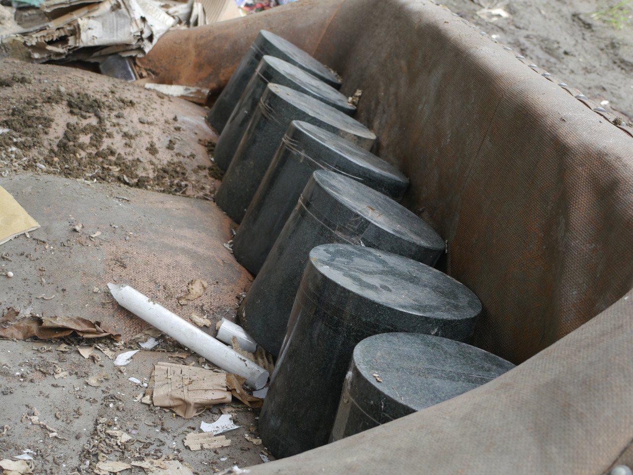 7個骨灰罈全都沒有名字,住戶懷疑是不肖殯葬業者隨意丟棄。記者徐白櫻/攝影