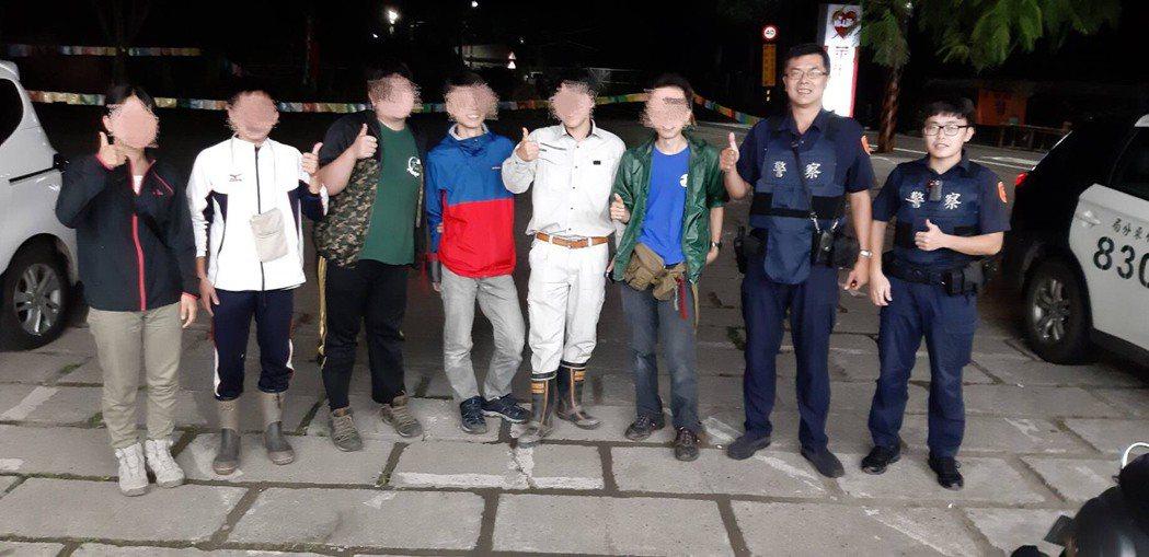 日籍旅客們開心的與新竹警方合影留念。記者郭政芬/翻攝
