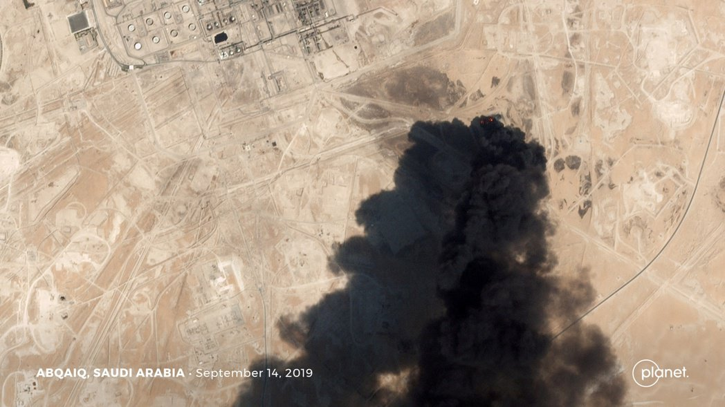 沙烏地阿拉伯國家石油公司在阿布蓋格的設施顯遭無人機攻擊,引發大火的衛星照。路透