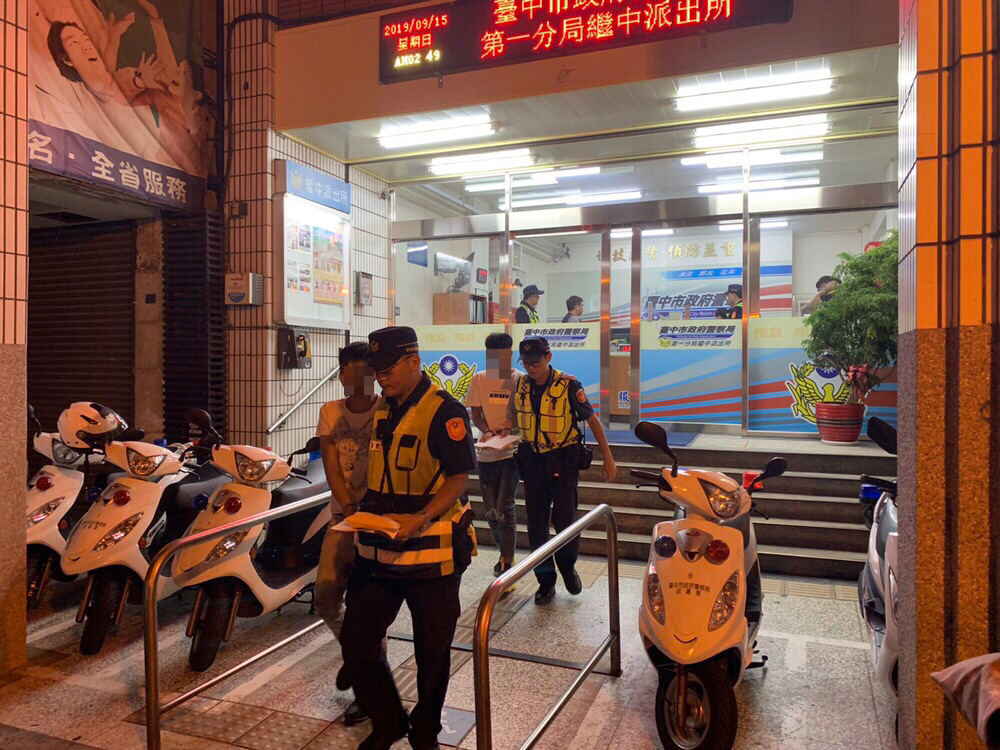 台中市第一警分局繼中所昨天二度到東協廣場臨檢,查獲10名違法移工,全案移送移民署...