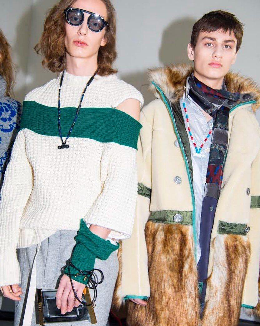 團團微風南山限定販售-SACAI不規則拼接針織衫(左),價格店洽。圖/團團提供