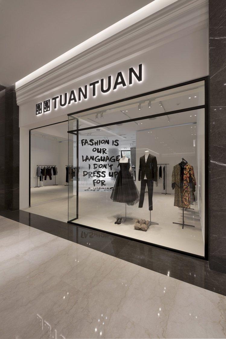 以黑、灰、白簡約色調為主軸的空間內,有大片玻璃所營造的穿透力配上塗鴉文字裝飾,猶...