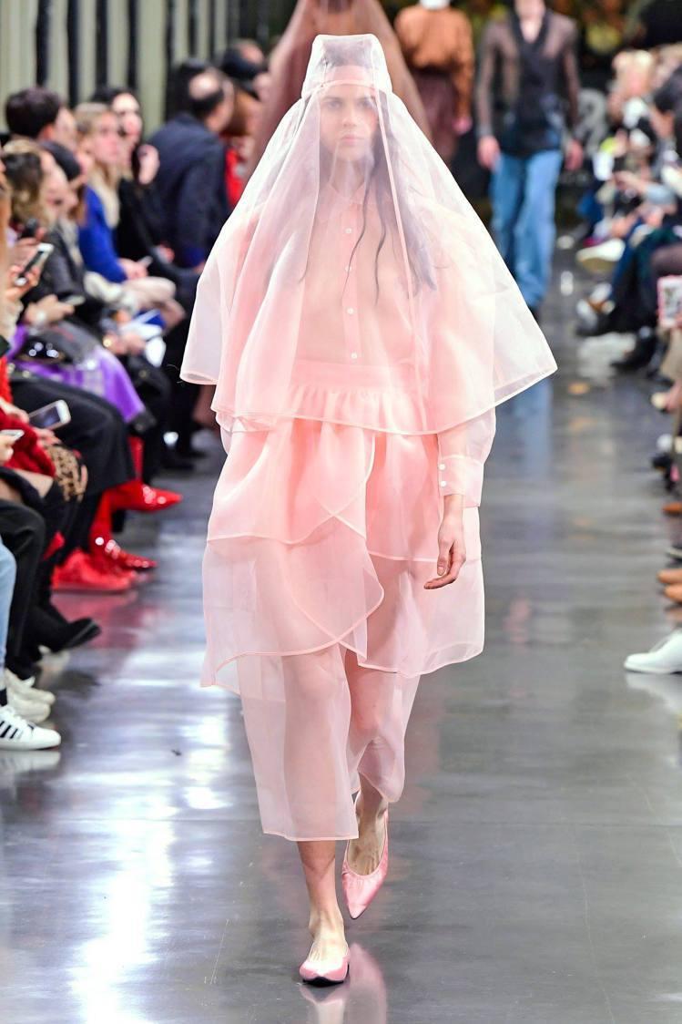 團團微風南山限定販售-KIMHEKIM粉色紗裙,18,500元。圖/團團提供