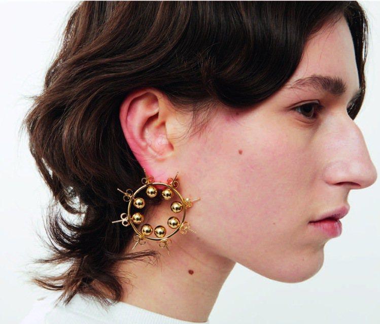 團團微風南山限定販售-D HEYGERE金色造型耳環,19,500元。圖/團團提...