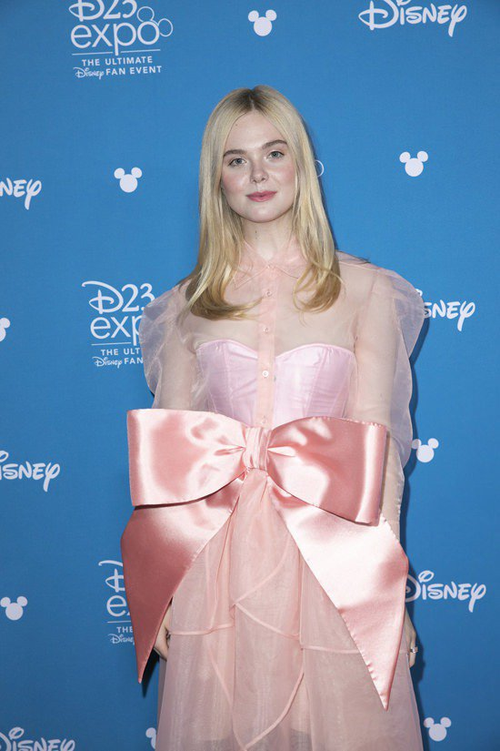 艾兒芬妮前陣子穿了KIMHEKIM粉色紗裙出席活動。圖/摘自tomandlore...