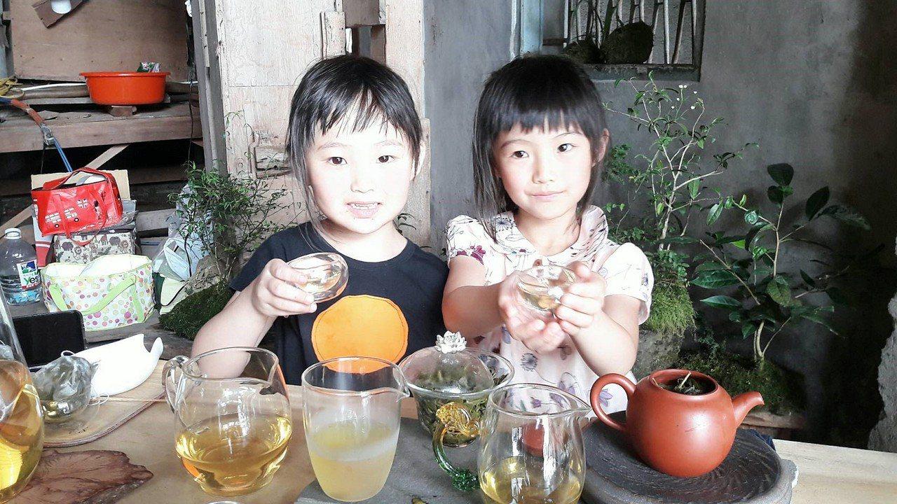太和社區一夜馨茶行姐妹花,葉馨(右)與葉瀅(左),日前通過「小小泡茶師」認證。記...