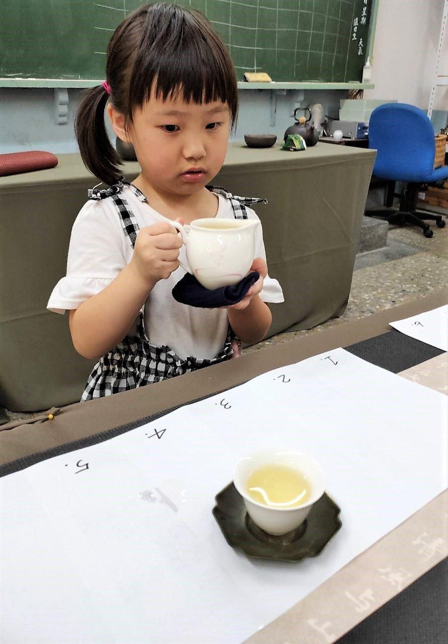 5歲的葉瀅日前通過「小小泡茶師」認證。記者卜敏正/翻攝
