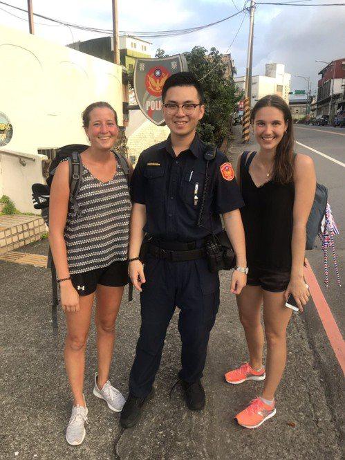 兩位從德國來的正妹,日前搭公車要去貢寮福隆沙灘,卻下錯站迷路,幸好有澳底派出所警...