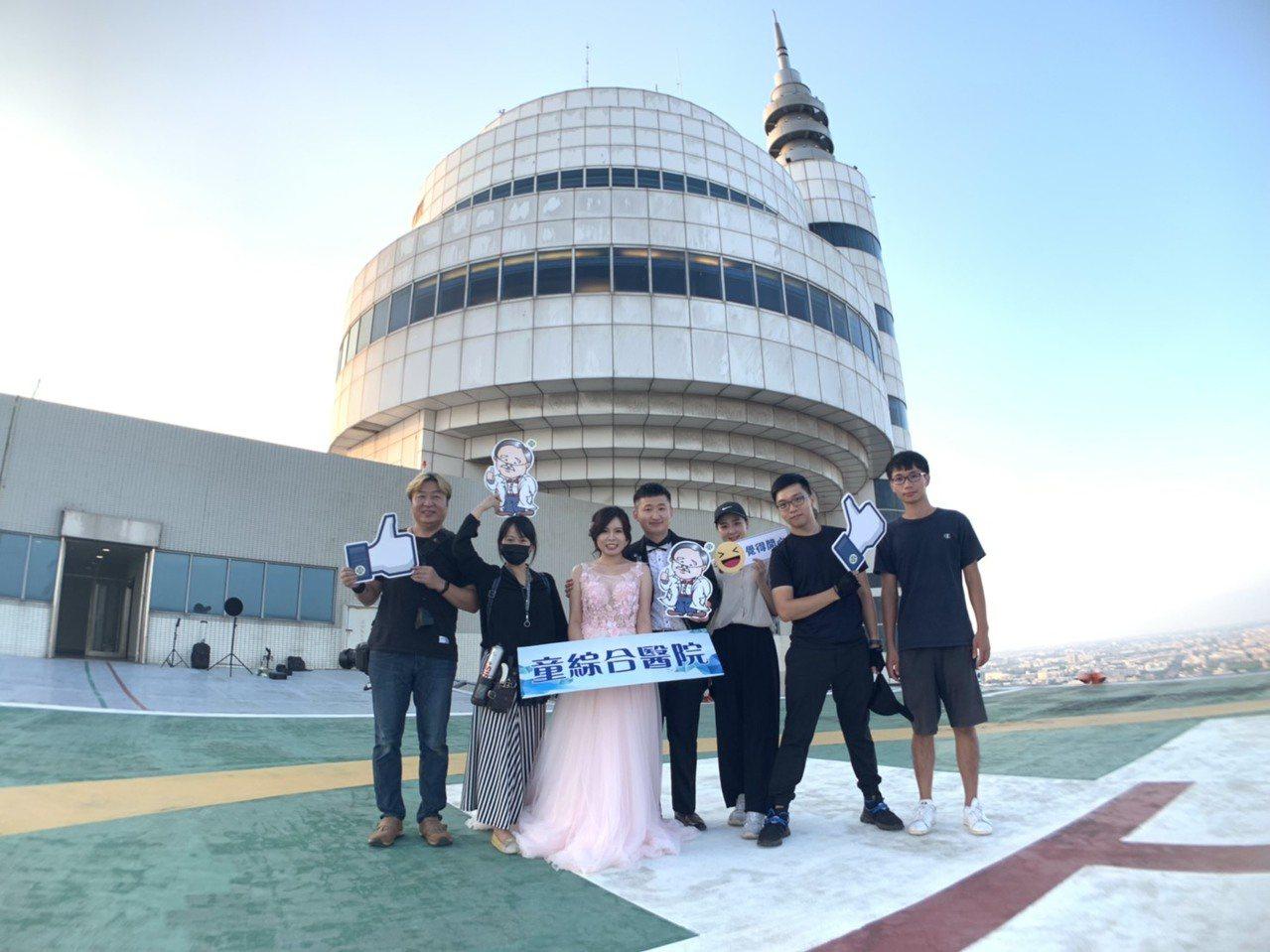 童綜合醫院醫師謝函穎選在醫院超高樓頂拍婚紗照,這是頂樓救護停機坪。圖/童醫院提供