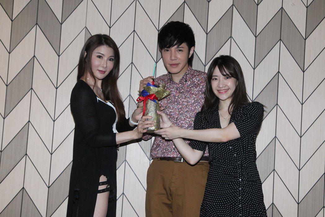 童立安(中)推出創作專輯,好友楊麗菁(左)、陳予新到場祝賀。圖/星火映畫提供  ...