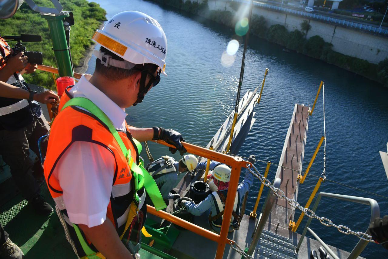 新北市長侯友宜日前到安坑輕軌,了解安坑輕軌工程中的安心橋橋體鋼桁架吊裝作業內容。...