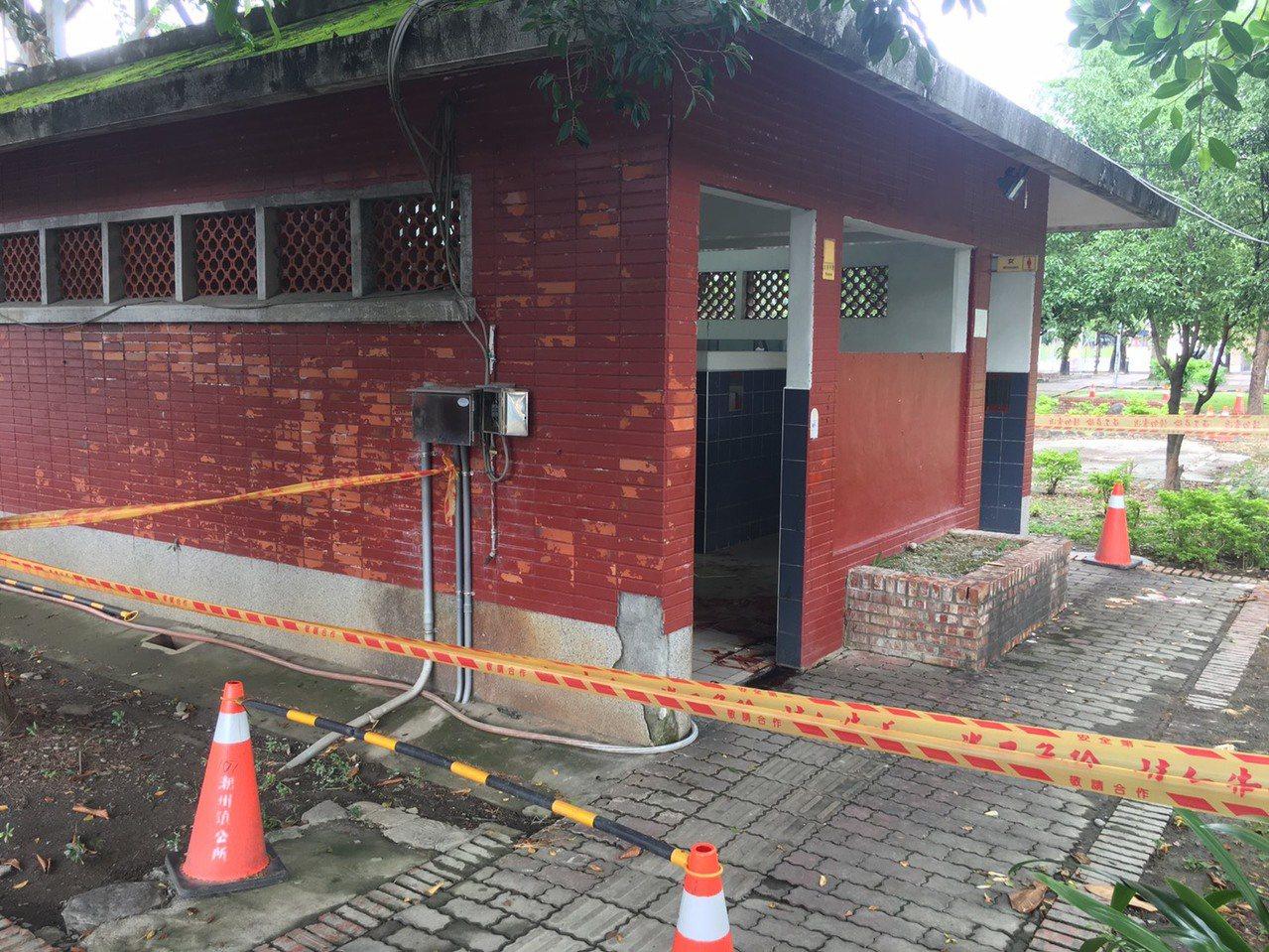 有民眾今早在屏東縣潮州運動公園廁所,發現地面有大片未乾血跡。圖/潮州分局提供