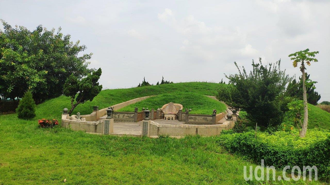 高雄市長韓國瑜妻子李佳芬在雲林縣西螺埔心的祖墳,今天7月底遭檢舉違法設置在農地。...