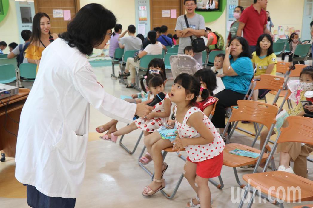 嘉義基督教醫院今天舉辦兒童生長週活動,希望藉由衛教及遊戲讓親子運用兒童生長曲線表...