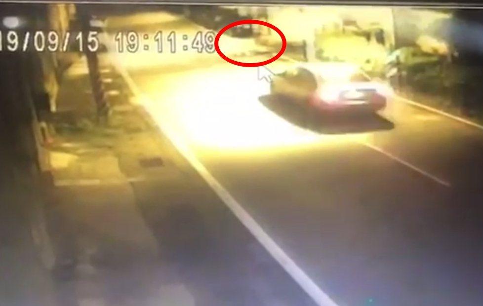 監視器拍到林男躺在路旁,被行經車輛輾斃。記者林昭彰/翻攝