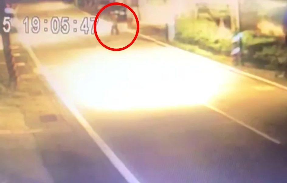 監視器拍到林男酒醉搖搖晃晃行走路旁。記者林昭彰/翻攝