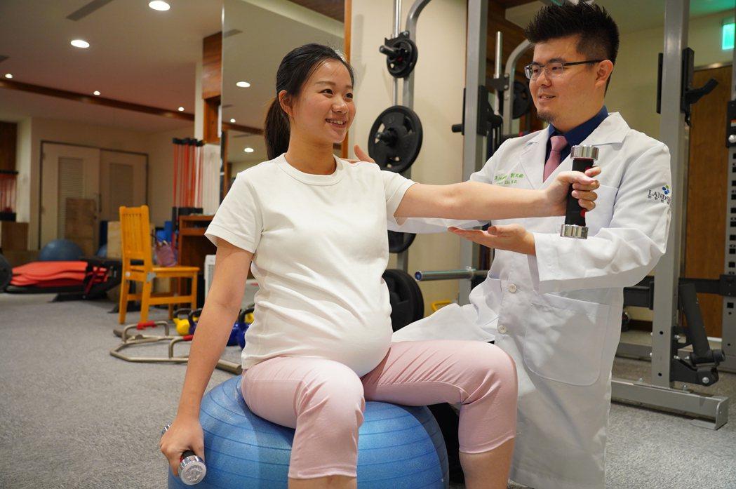 聯新國際醫院運動醫學中心醫師劉又銓(右)建議,孕婦循序漸進養成運動習慣,不只對身...