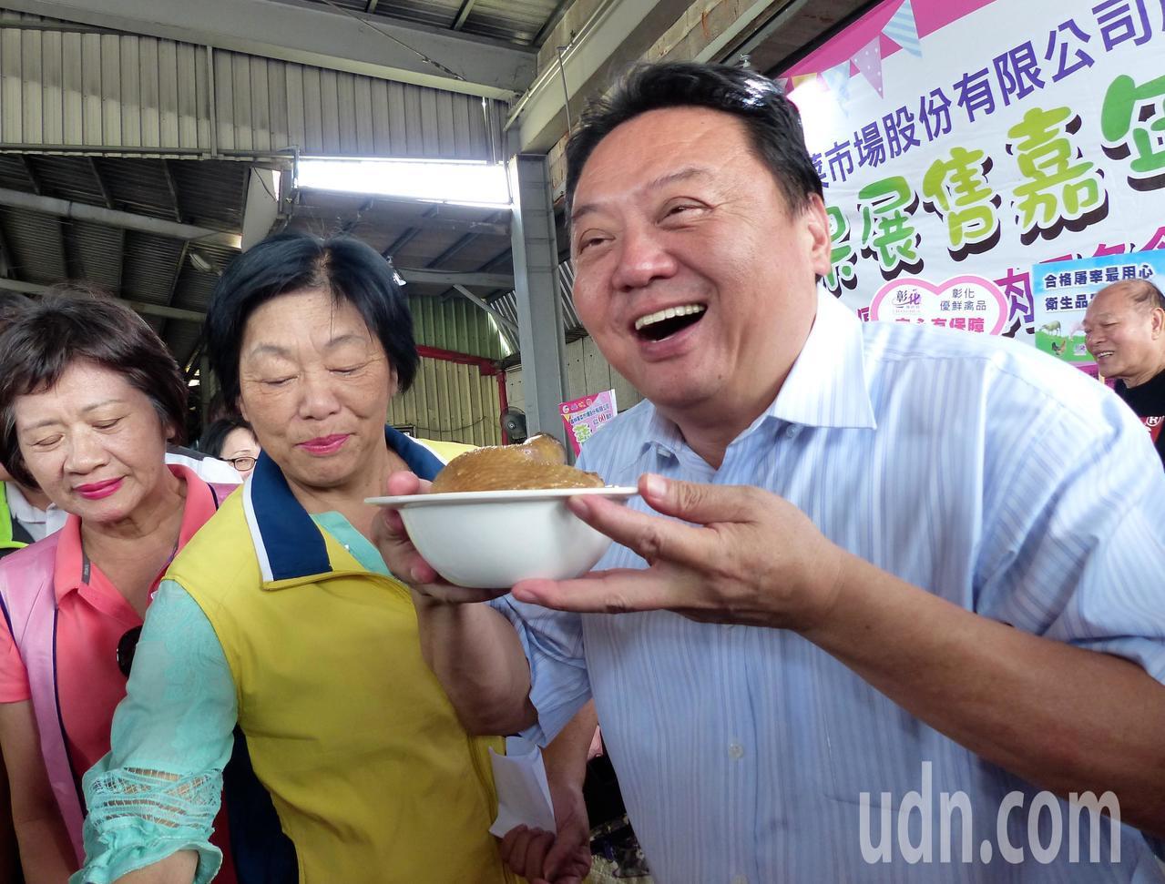 員林市長游振雄端起麻油雞料理,直呼很香,看了就覺得很美味。記者凌筠婷/攝影