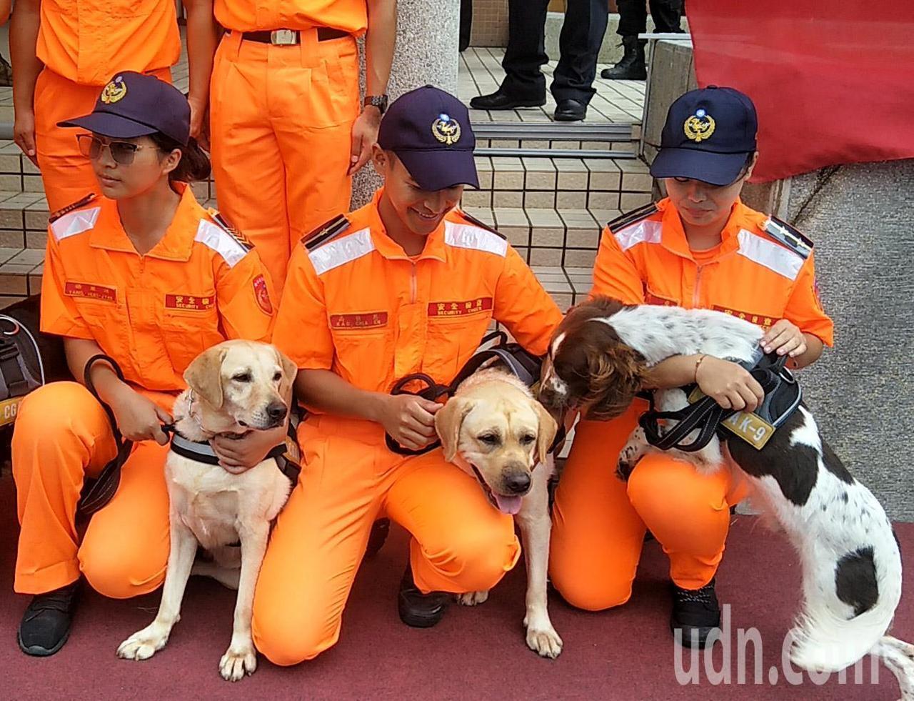 海巡署偵搜犬隊成軍,第一批15隻偵搜犬進行農畜品、毒品、爆裂物訓練,偵搜犬愛玩與...