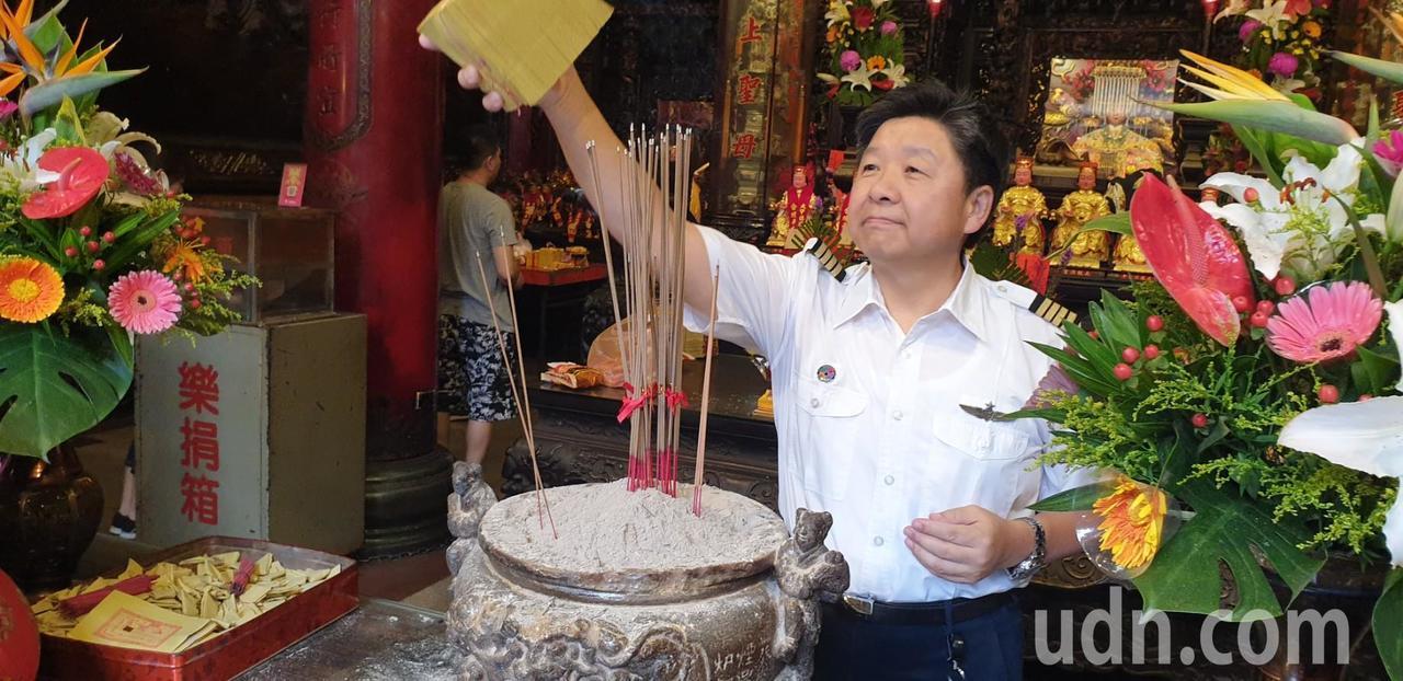 空勤總隊第二大隊長林國強今天帶飛行員到大甲鎮瀾宫參拜,並求媽祖壓轎金。記者游振昇...