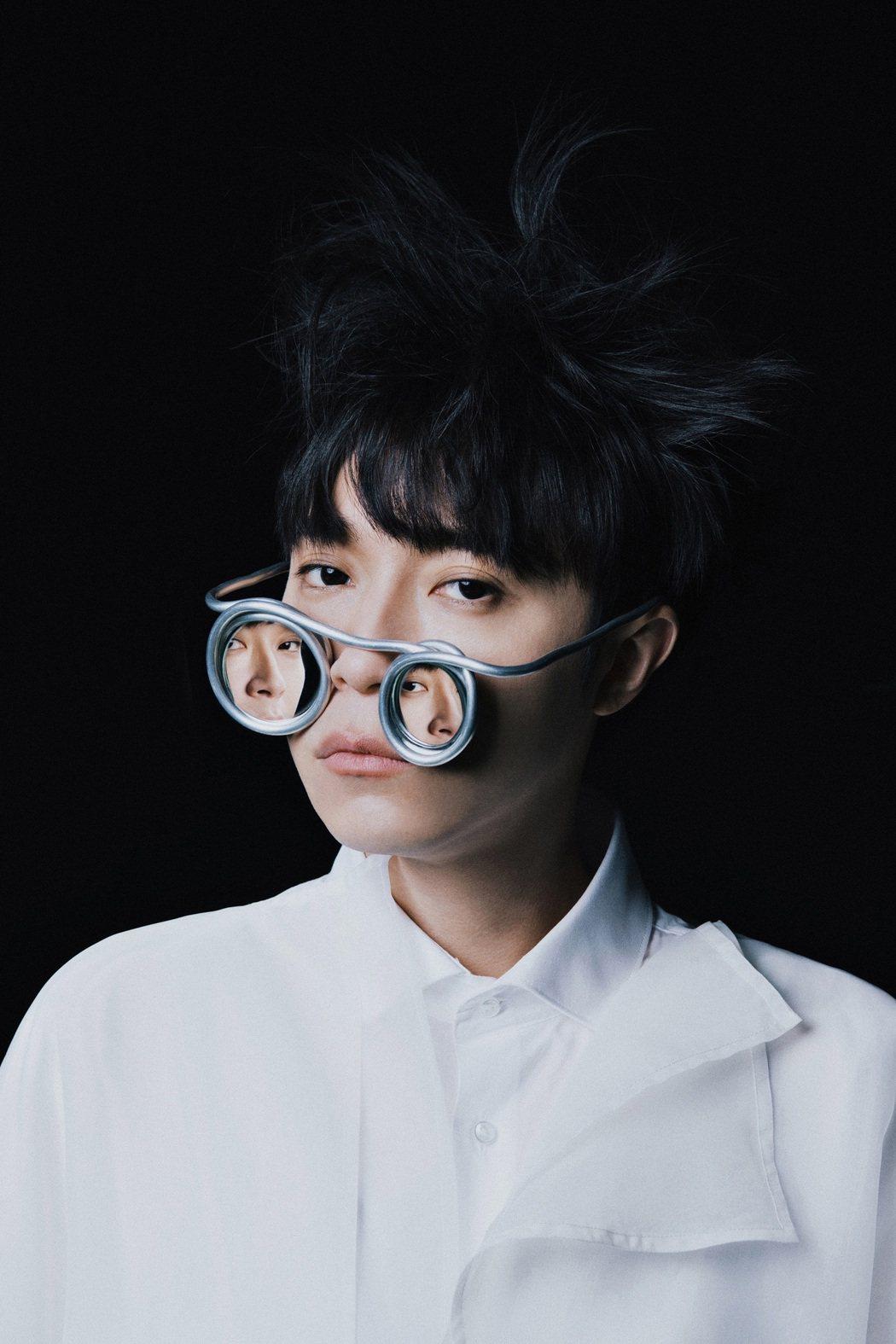 吳青峰首張個人專輯「太空人」銷售橫掃各大排行榜。圖/環球提供