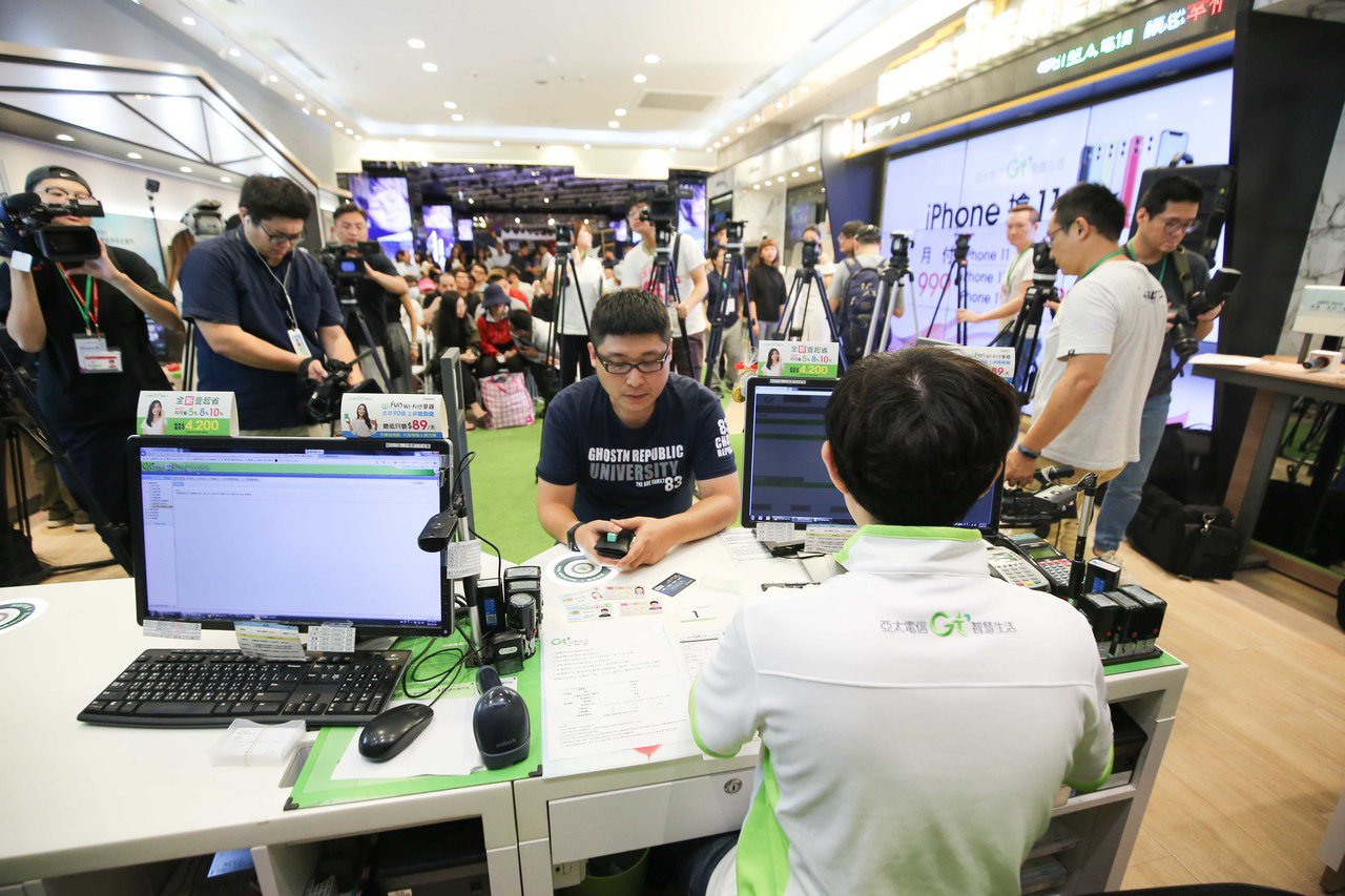 亞太電iPhone 11 限量預購,消費者排六天隊順利搶到頭香。(圖:亞太電提供...