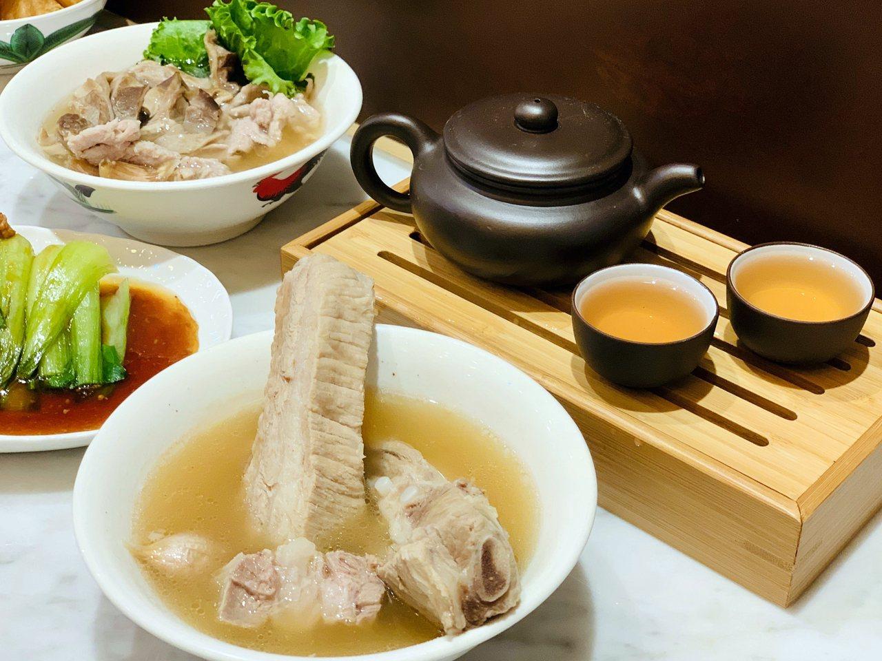 松發肉骨茶提供的「功夫茶」,選用台灣鐵觀音、烏龍茶沖泡,售價150元。記者張芳瑜...