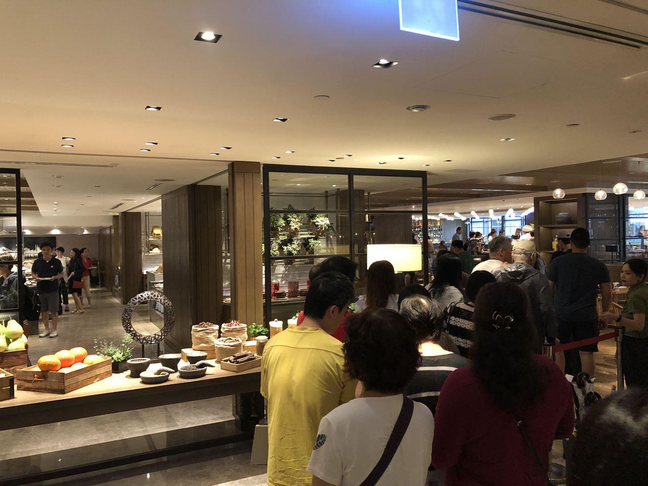 君悅酒店凱菲屋用餐時刻均大排長龍,這也是擁有自助餐餐廳的台灣星級飯店,特有的一道...