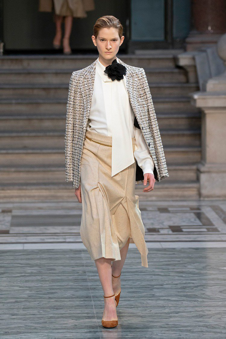 絲質襯衫疊加硬挺線條的西裝外套,反映出女性的嫵媚與感性。圖/摘自victoria...