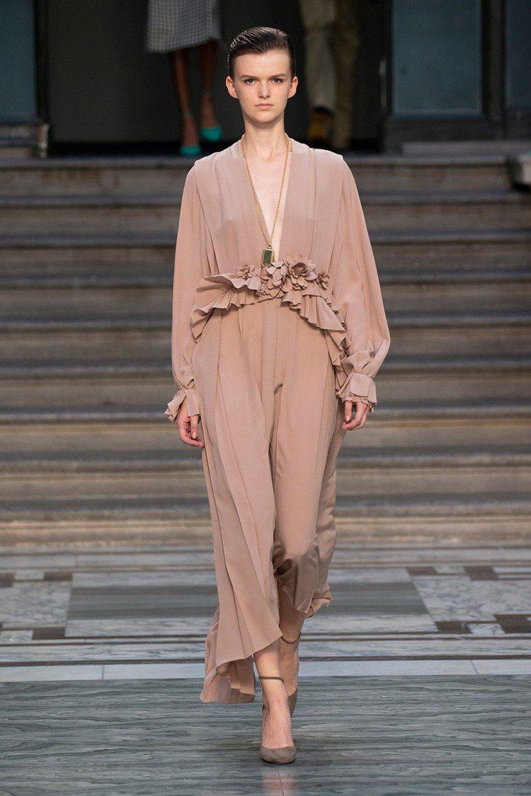 荷葉邊的裝飾,貫穿Victoria Beckham 2020春夏系列,出現在不同...