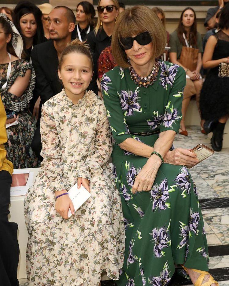 倍受媒體喜愛的哈珀(左)與時尚女魔頭Anna Wintour一同成為大秀的頭牌嘉...