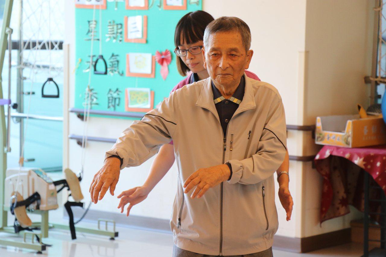 空軍退役中校徐延齡慶祝101歲大壽,場面感人。記者李承穎/攝影