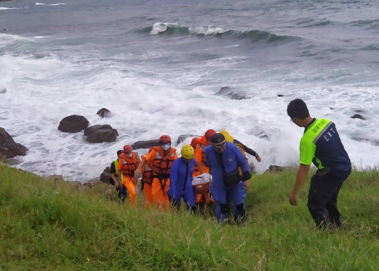 海巡署岸巡人員下午在基隆市外木山海岸發現男性浮屍,消防和海巡人員合力抬上岸後,交...