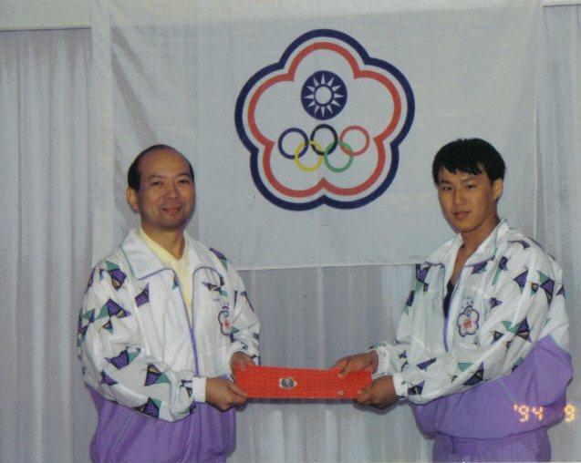 蕭煌奇(右)曾以國手身分參賽,奪得1994年北京殘障亞運銅牌。圖/蕭煌奇提供