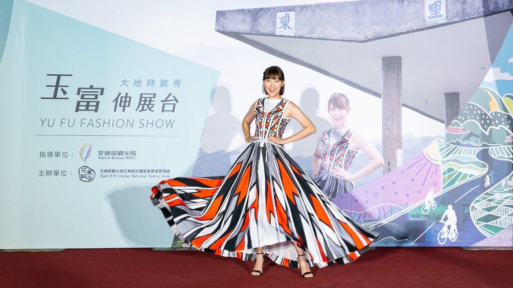 李懿披上沙布喇安德烈設計的新娘禮服,有別於傳統白紗,圖騰設計創意十足。圖/伊林提...