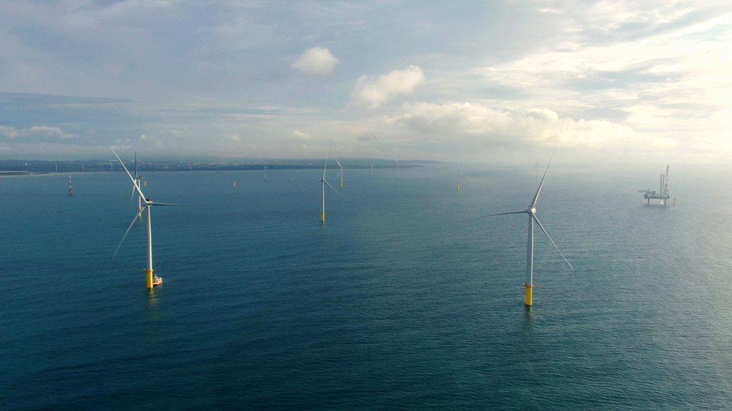 位在苗栗龍鳳漁港外海的海洋風電128MW完工進入倒數計時,現僅剩最後6支風機待安...