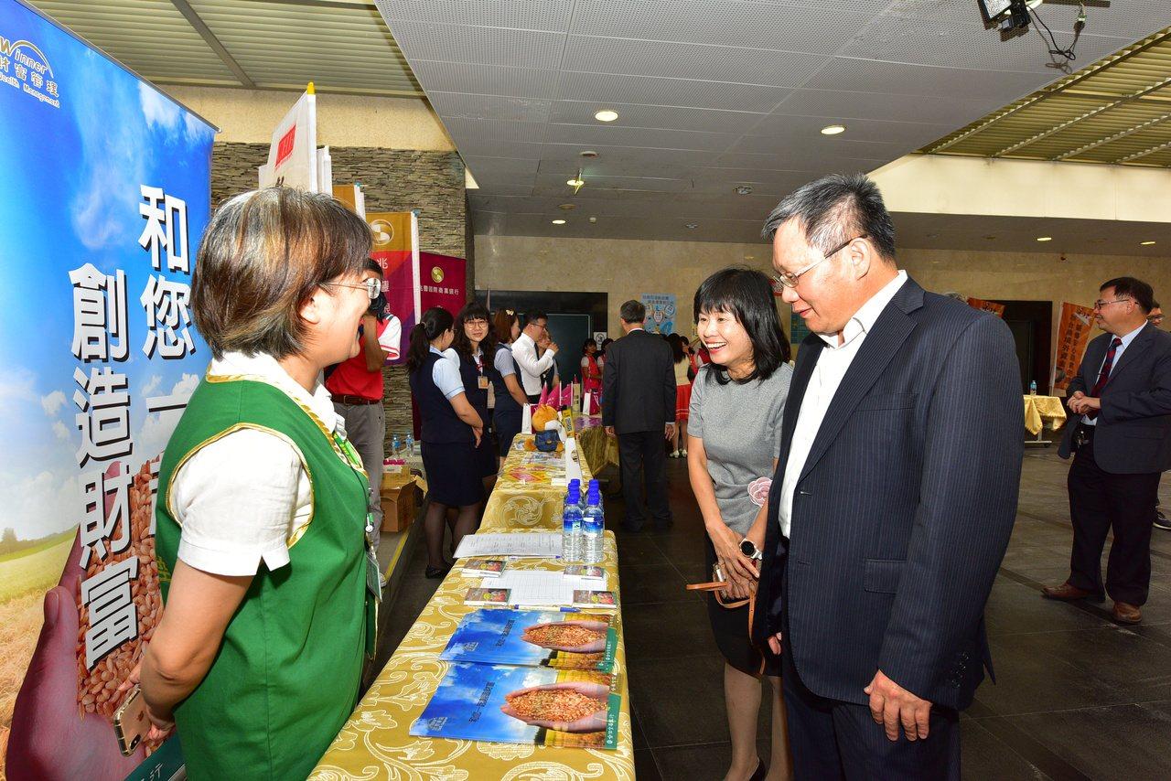 財政部部長蘇建榮(右)視察提供諮詢銀行攤位。圖/中區國稅局提供