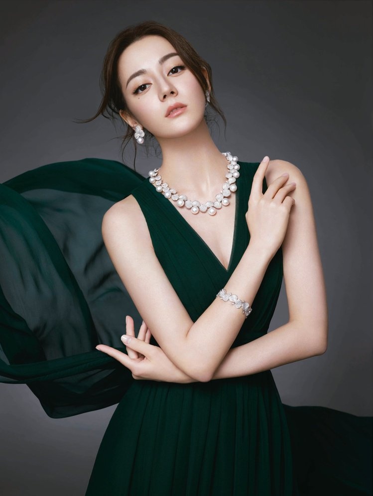 MIKIMOTO 2019-2020亞洲代言人迪麗熱巴廣告在大片中配戴Les P...