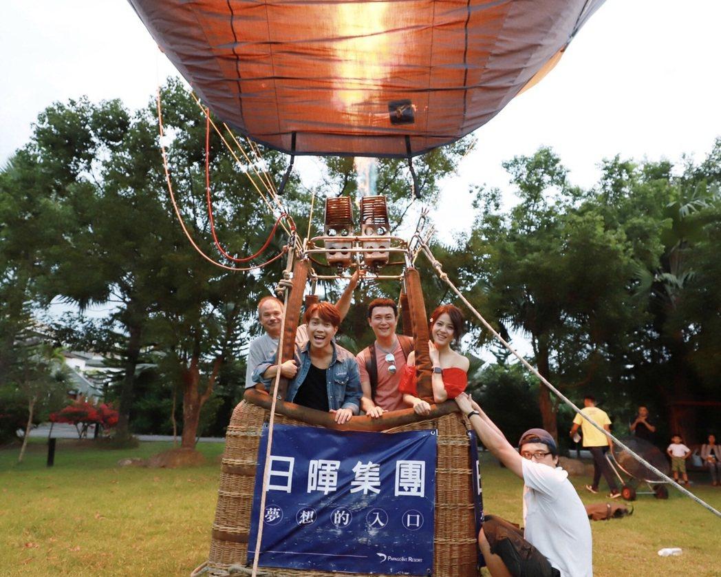 許仁杰(左起)、王燦、蘇晏霈為「多情城市」搭上熱氣球,演員群玩得開心不已。圖/民